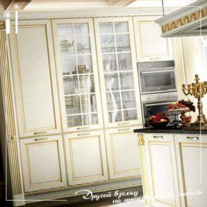 Светлая кухня в классическом стиле из массива