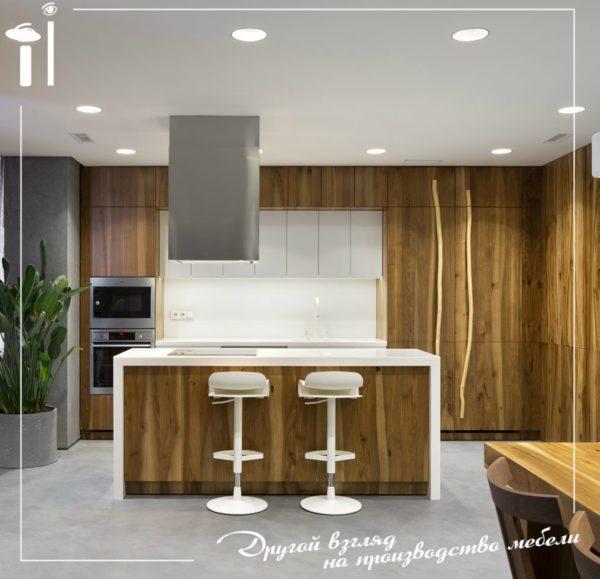 Современная кухня с фасадами из массива — пример того, как минималистичный стиль может быть по-настоящему роскошным и дорогим.