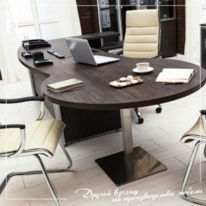 Солидный стол руководителя для небольших офисов.