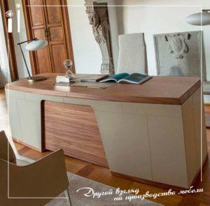 Стол для руководителя с кожаными вставками в светлых тонах