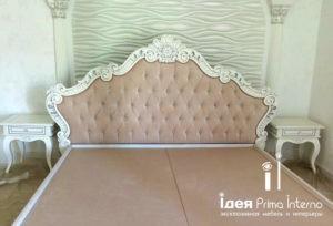 Кровать из массива с мягким изголовьем в классическом стиле