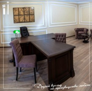 Офисный стол в классическом стиле