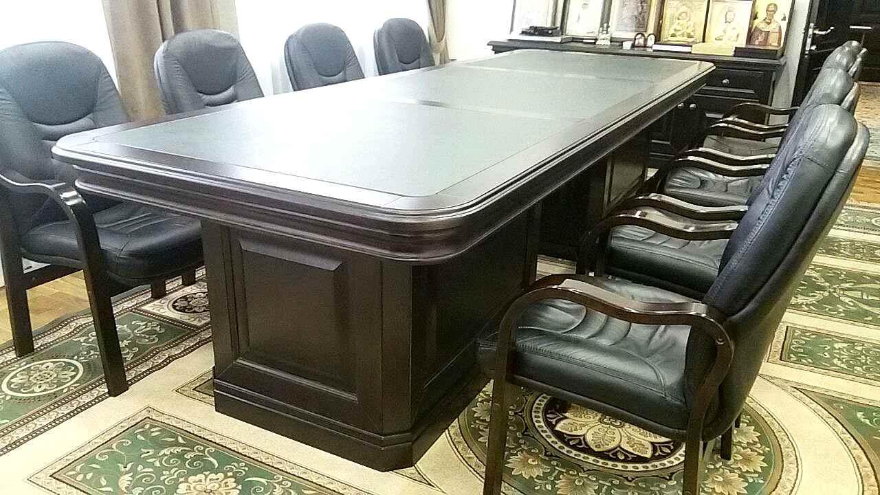 Стол для переговоров из массива